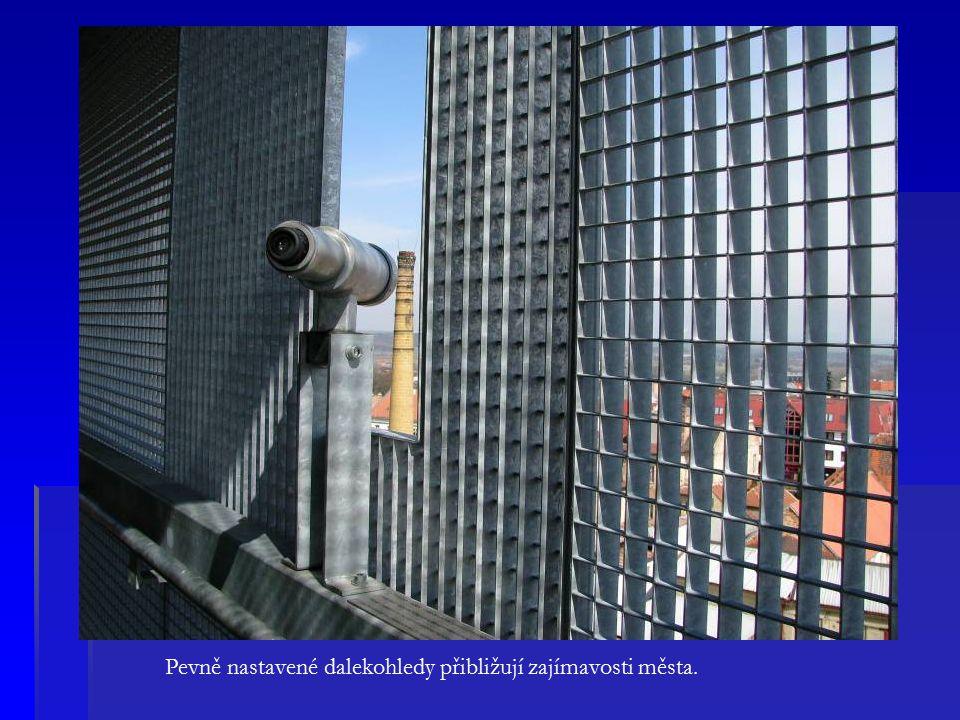 Pevně nastavené dalekohledy přibližují zajímavosti města.