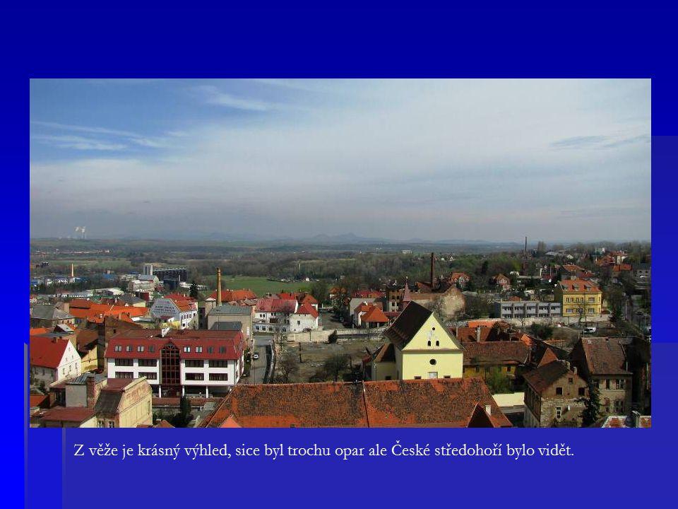 Z věže je krásný výhled, sice byl trochu opar ale České středohoří bylo vidět.