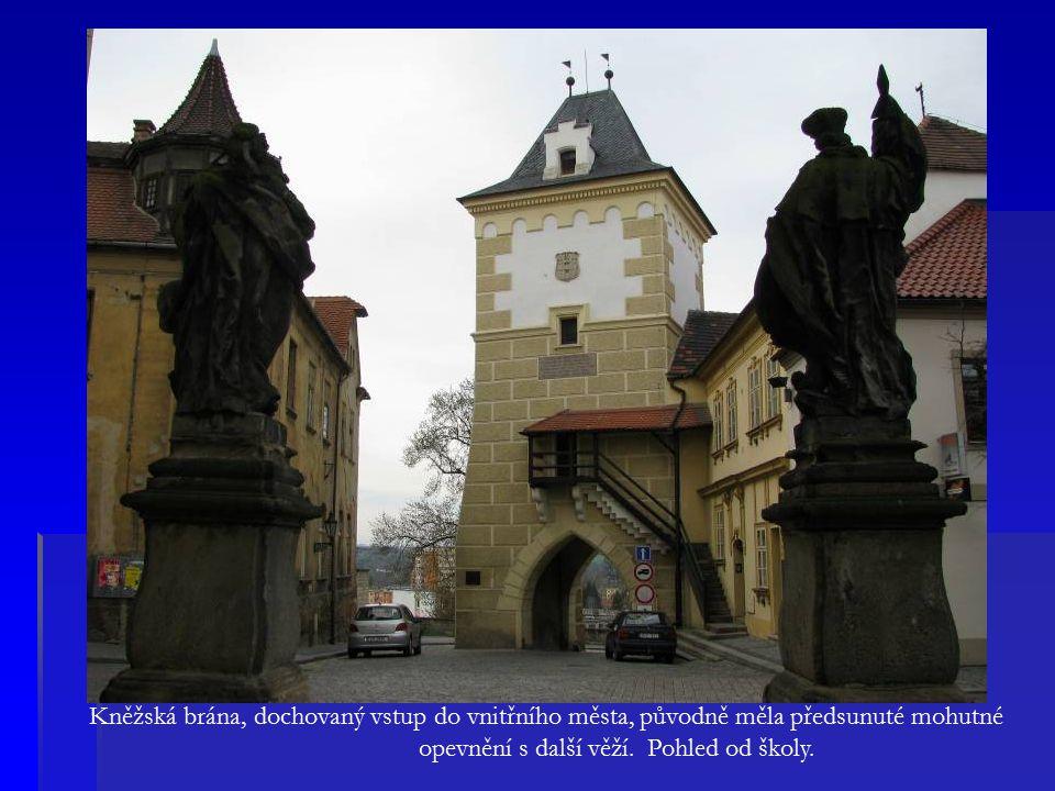 Kněžská brána, dochovaný vstup do vnitřního města, původně měla předsunuté mohutné opevnění s další věží.