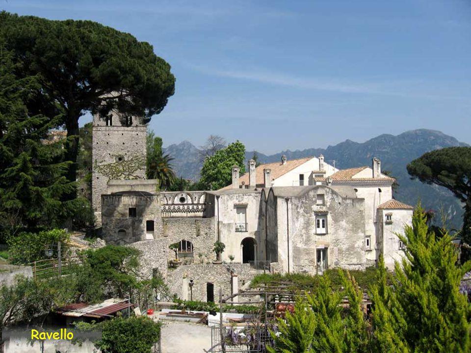 La villa Rufolo, con sus jardines con vistas al Mediterráneo, fue residencia veraniega de algunos papas, de Carlos de Anjou y de Richar Wagner Ravello