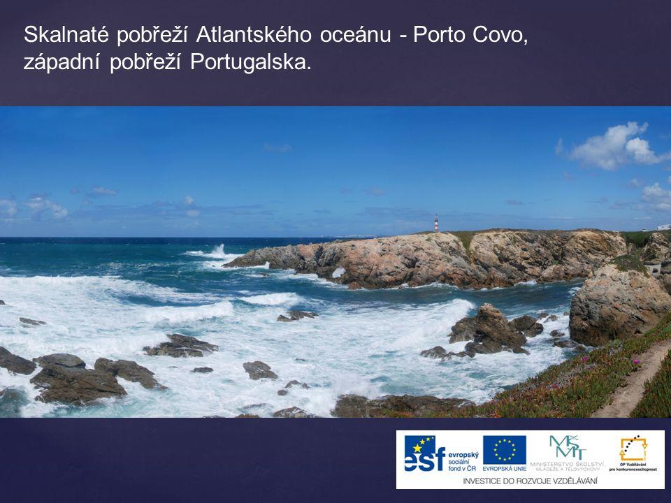 Skalnaté pobřeží Atlantského oceánu - Porto Covo, západní pobřeží Portugalska.