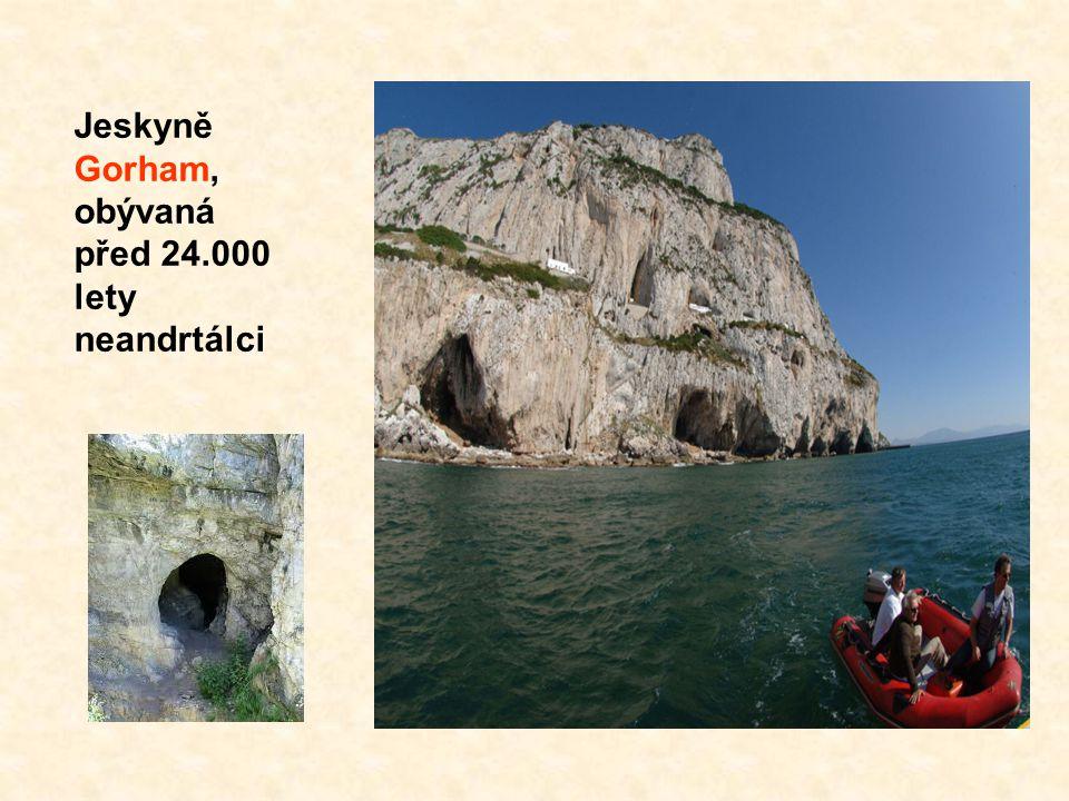 Jeskyně svatého Michala, o které se vyprávi, že je bezedná, což je pravděpodobně důvodem vzniku pověsti, že Gibraltar je spojen s Afrikou podmořským t