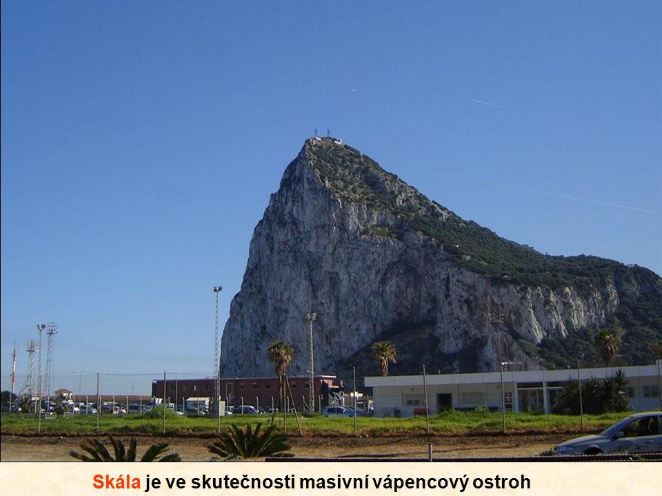 Hranici mezi Gibraltarem a Španělskem většina lidí překračuje pěšky