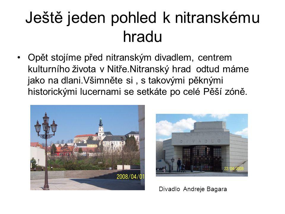 Ještě jeden pohled k nitranskému hradu Opět stojíme před nitranským divadlem, centrem kulturního života v Nitře.Nitranský hrad odtud máme jako na dlani.Všimněte si, s takovými pěknými historickými lucernami se setkáte po celé Pěší zóně.