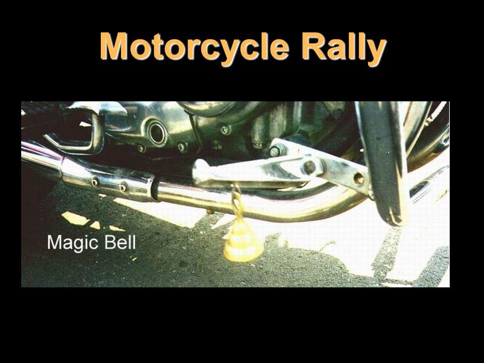 Malý stříbrný nebo mosazný zvoneček zavěšený na výfuku má ochránit americké řidiče od silničních skřítků Evil Road Spirits.