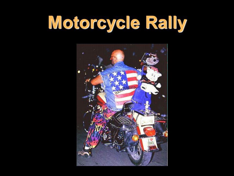 Rally se stává přehlídkou typické motorkářské módy: kůže, kůže a zase kůže (kožené je i spodní prádlo spolujezdkyň), hlavy mrtvých vlků místo klobouků, šátečky bandannas, živí hadi nahrazující šály, piercing na opravdu všech částech těla, plavky patriotek ušité z americké vlajky, plejáda kovových cvočků a ozdob...