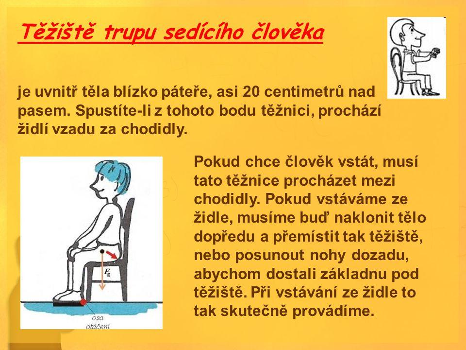Těžiště trupu sedícího člověka je uvnitř těla blízko páteře, asi 20 centimetrů nad pasem. Spustíte-li z tohoto bodu těžnici, prochází židlí vzadu za c