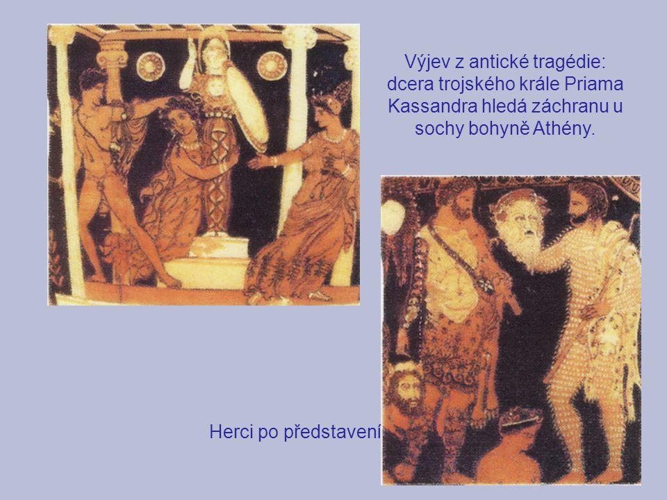 Výjev z antické tragédie: dcera trojského krále Priama Kassandra hledá záchranu u sochy bohyně Athény. Herci po představení