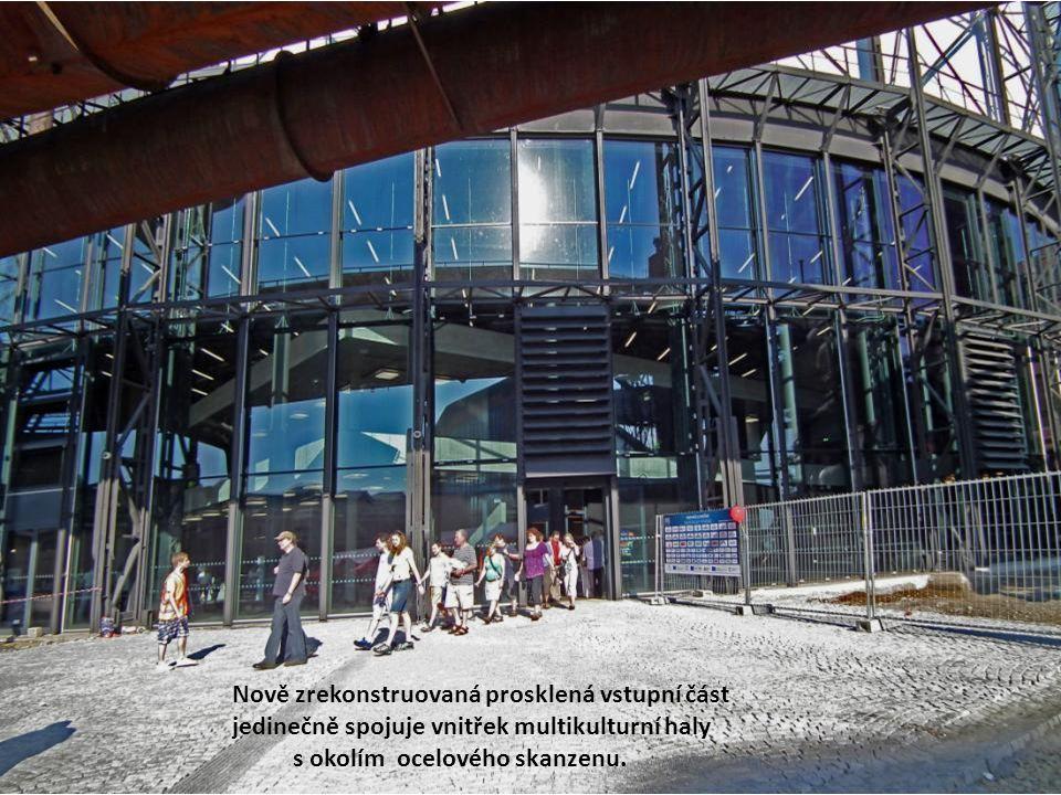 Nově zrekonstruovaná prosklená vstupní část jedinečně spojuje vnitřek multikulturní haly s okolím ocelového skanzenu.