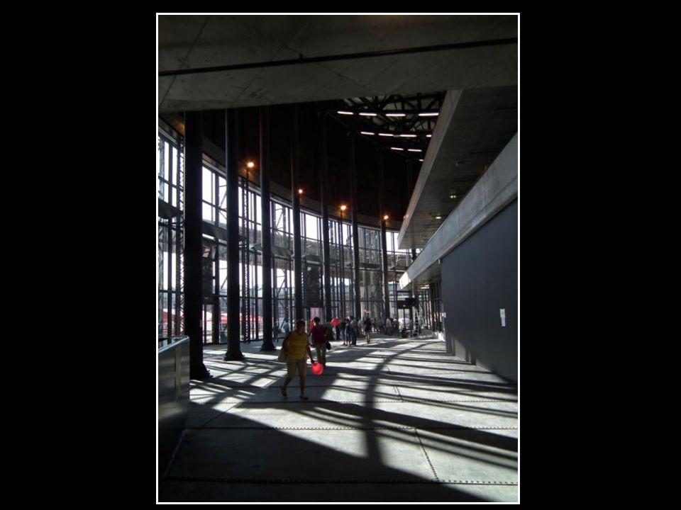 Jeden z našich nejlepších současných architektů J osef Pleskot dokázal z nevábného ocelového monstra vytvořit doslova Katedrálu průmyslu, takový název se pro plynojem ujal.