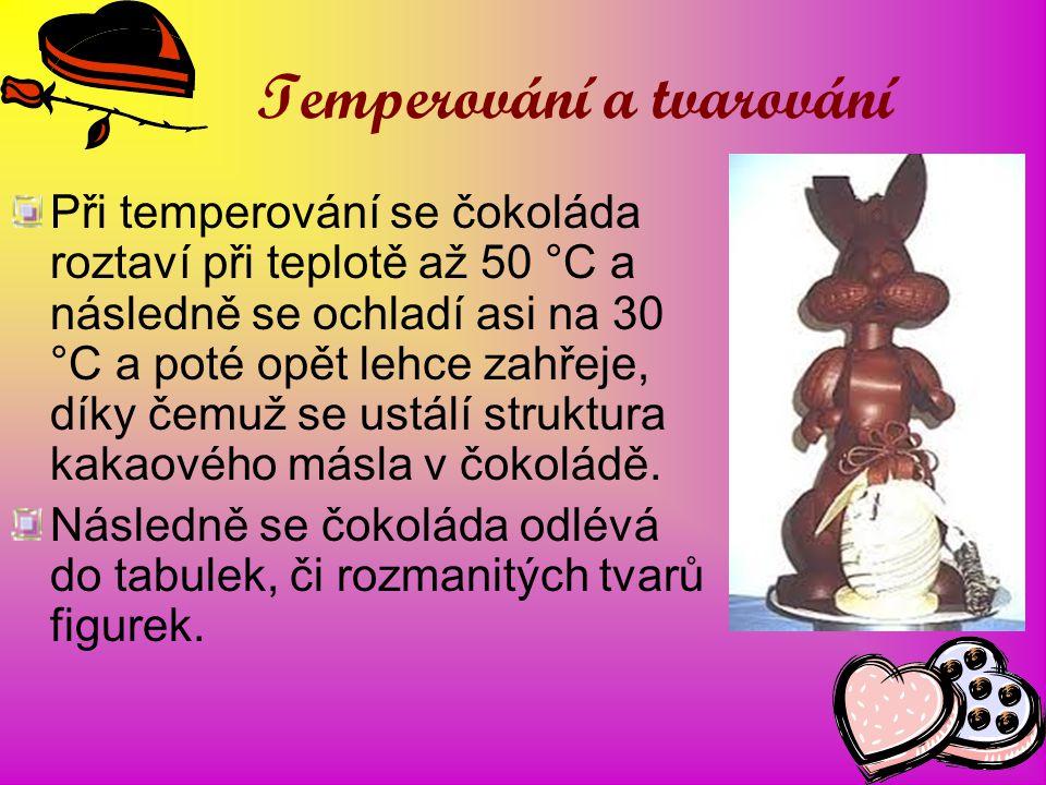 Temperování a tvarování Při temperování se čokoláda roztaví při teplotě až 50 °C a následně se ochladí asi na 30 °C a poté opět lehce zahřeje, díky če