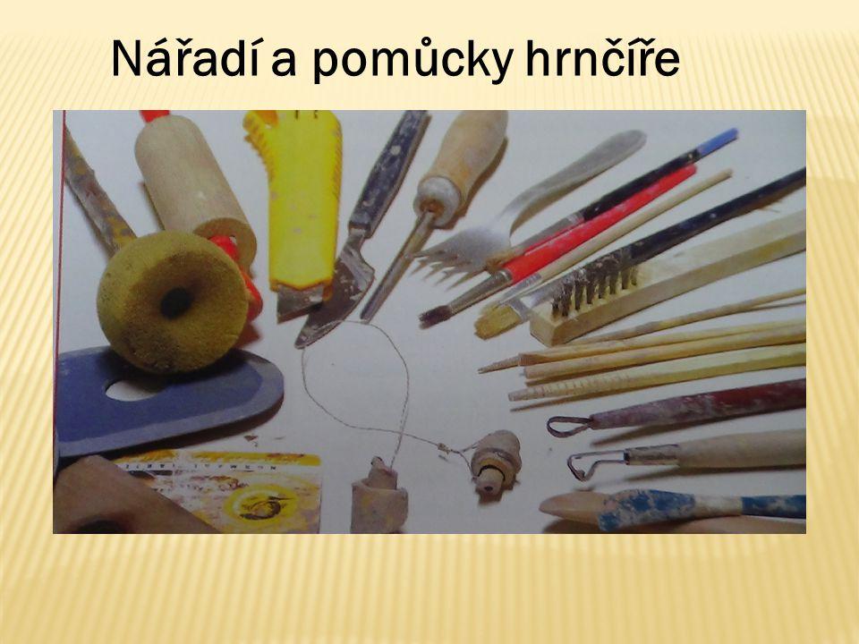 tampon na dřívku váleček ostré nožíky štětce drátěný kartáček dřevěné a kovové špachtle vypichovátko očka na dřevěné násadě odřezávací struna měřidla šablony skoble
