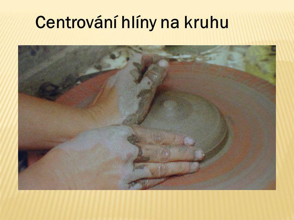 Do vycentrované hroudy se vytlačí ukazováčkem nebo palcem pracovní ruky dolík.