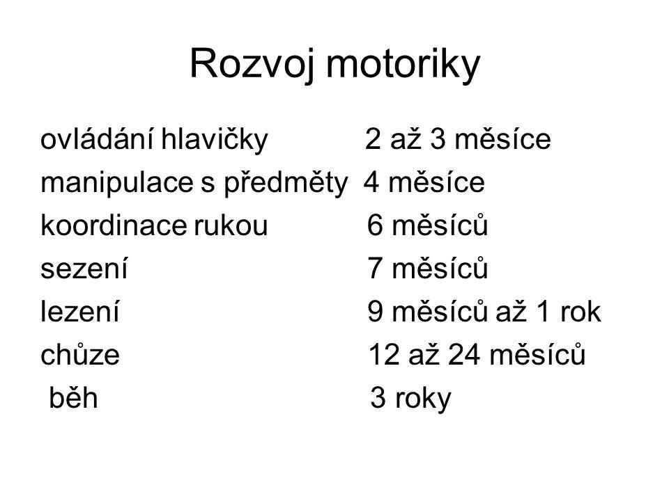 Rozvoj motoriky ovládání hlavičky 2 až 3 měsíce manipulace s předměty 4 měsíce koordinace rukou 6 měsíců sezení 7 měsíců lezení 9 měsíců až 1 rok chůz