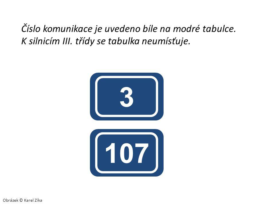 3 107 Číslo komunikace je uvedeno bíle na modré tabulce. K silnicím III. třídy se tabulka neumísťuje. Obrázek © Karel Zíka