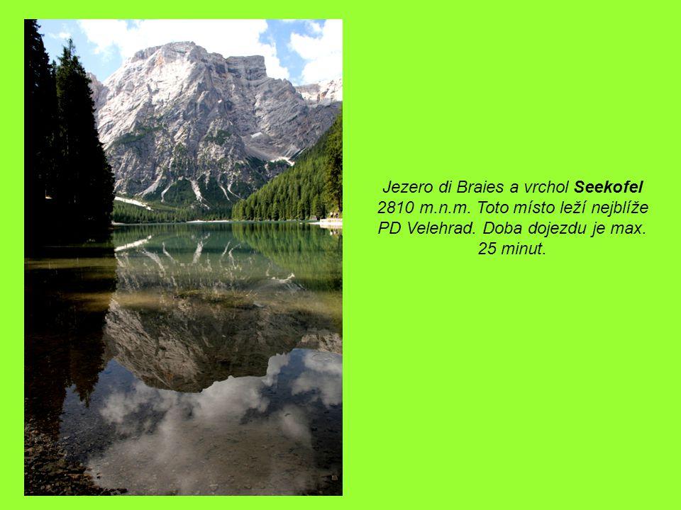 Jezero di Braies a vrchol Seekofel 2810 m.n.m. Toto místo leží nejblíže PD Velehrad.