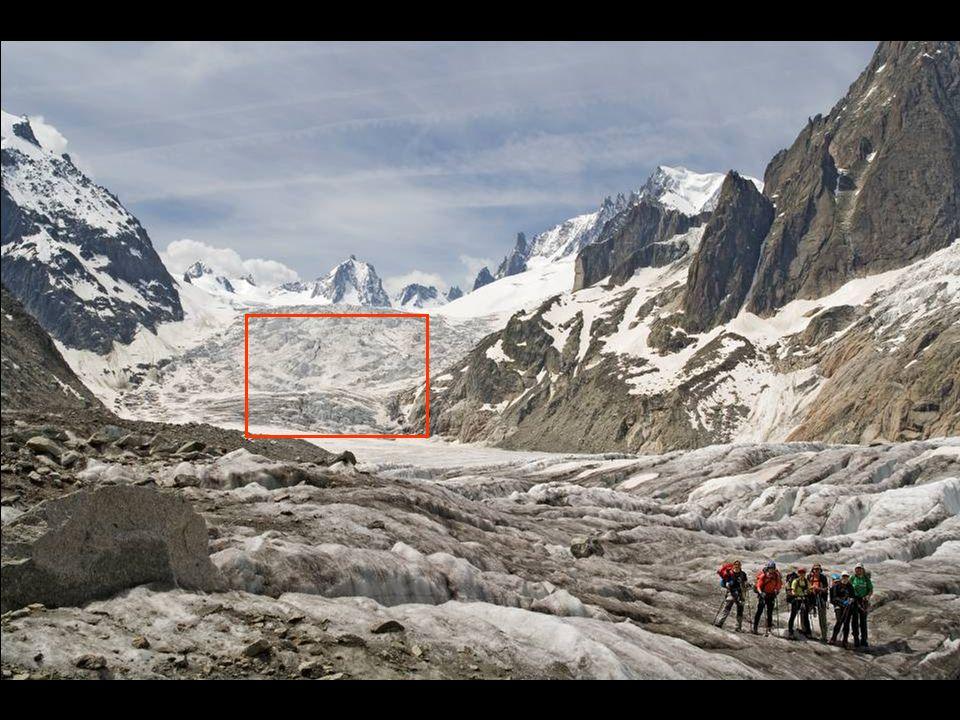 Tady je vidět, jek se ledovec při svém pohybu trhá