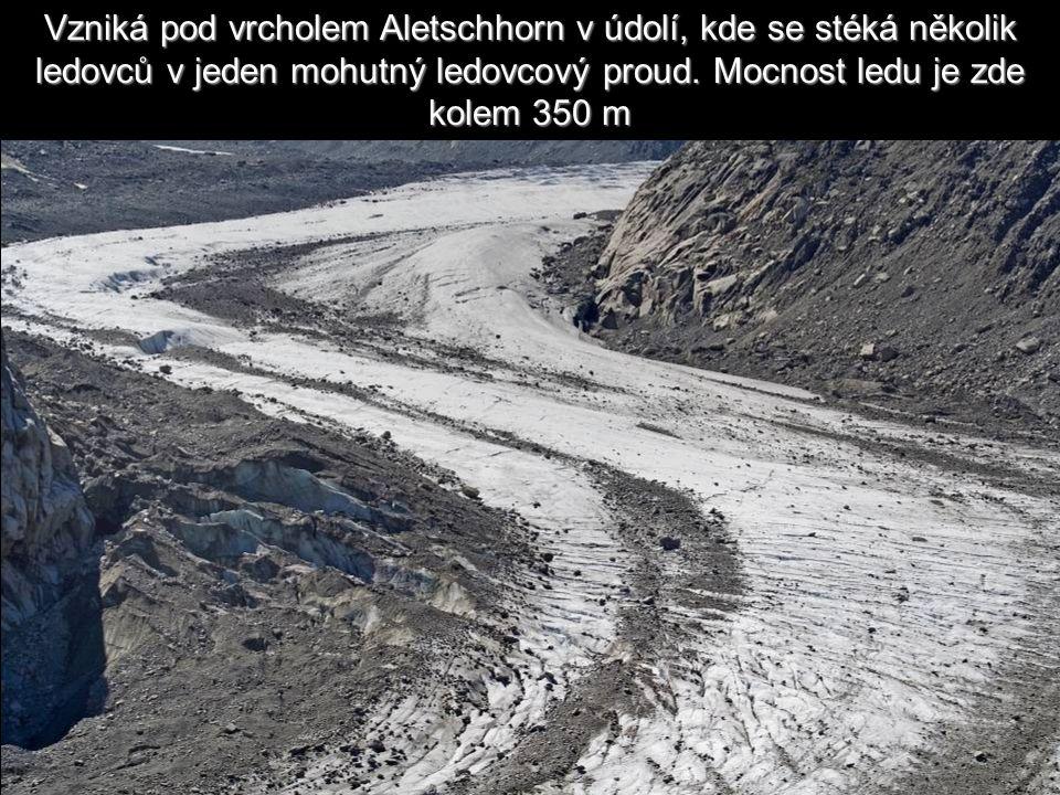 Táhne se jako řeka mezi dvěma břehy.Je to Velký Aletschský ledovec v Bernských Alpách.