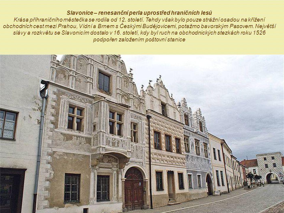 Má asi 2 700 obyvatel, leží 1 km od hranic s Rakouskem.