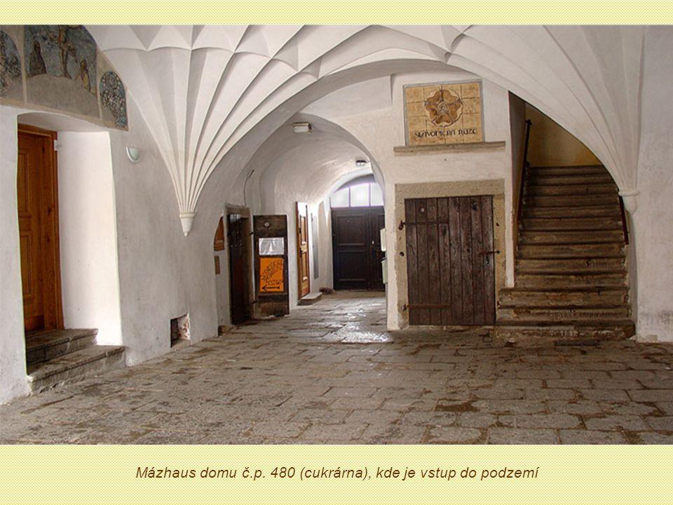Na náměstí Míru v domě č.480 (cukrárna) je vchod do městského podzemí.