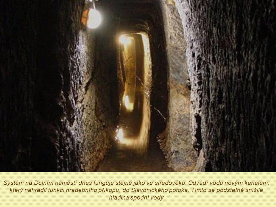 Podzemní odvodňovací systém chodeb Důmyslný středověký podzemní odvodňovací systém sloužil taky jako obranná komunikace.