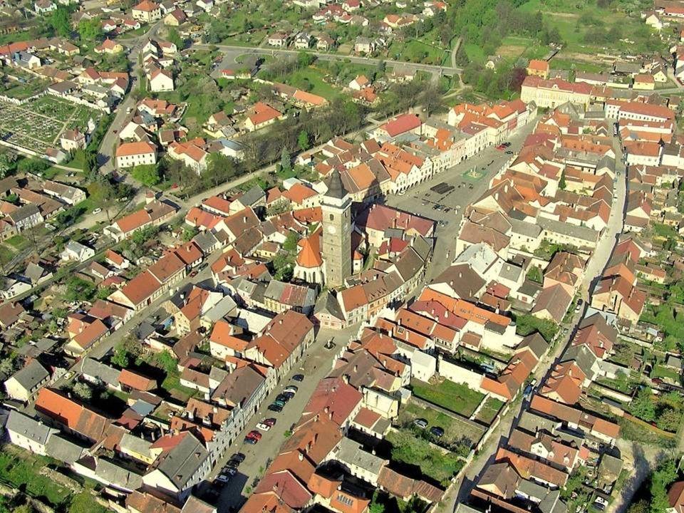 Náměstí Míru Obě jsou od sebe oddělena kostelem Nanebevzetí Panny Marie a městskou věží
