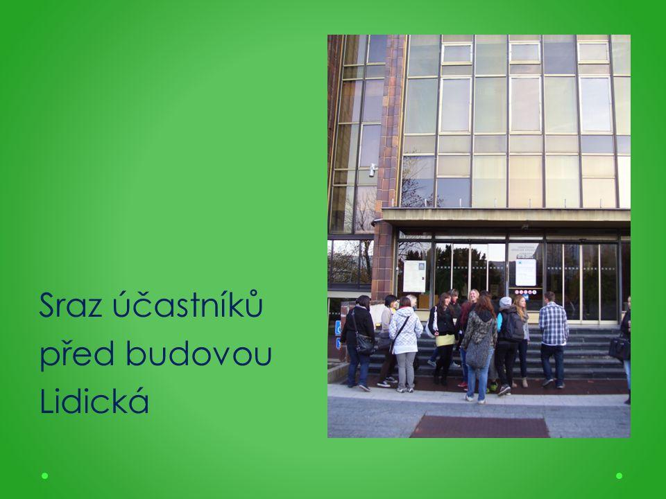 Sraz účastníků před budovou Lidická