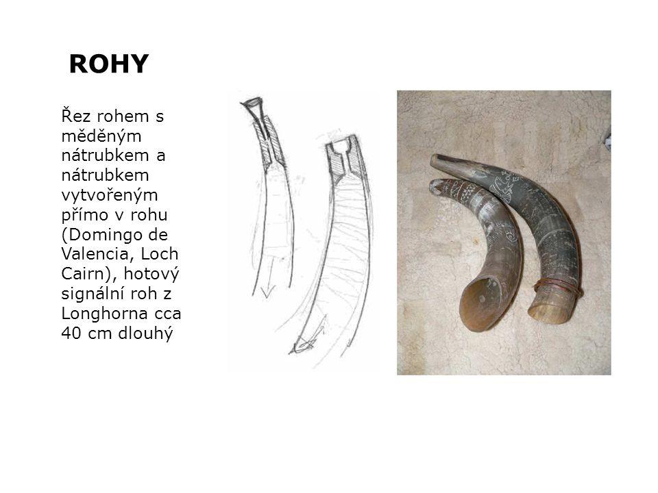 Řez rohem s měděným nátrubkem a nátrubkem vytvořeným přímo v rohu (Domingo de Valencia, Loch Cairn), hotový signální roh z Longhorna cca 40 cm dlouhý