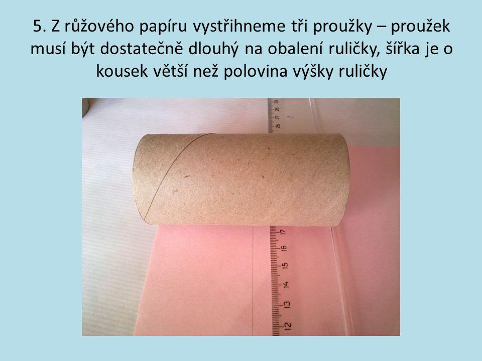 5. Z růžového papíru vystřihneme tři proužky – proužek musí být dostatečně dlouhý na obalení ruličky, šířka je o kousek větší než polovina výšky rulič