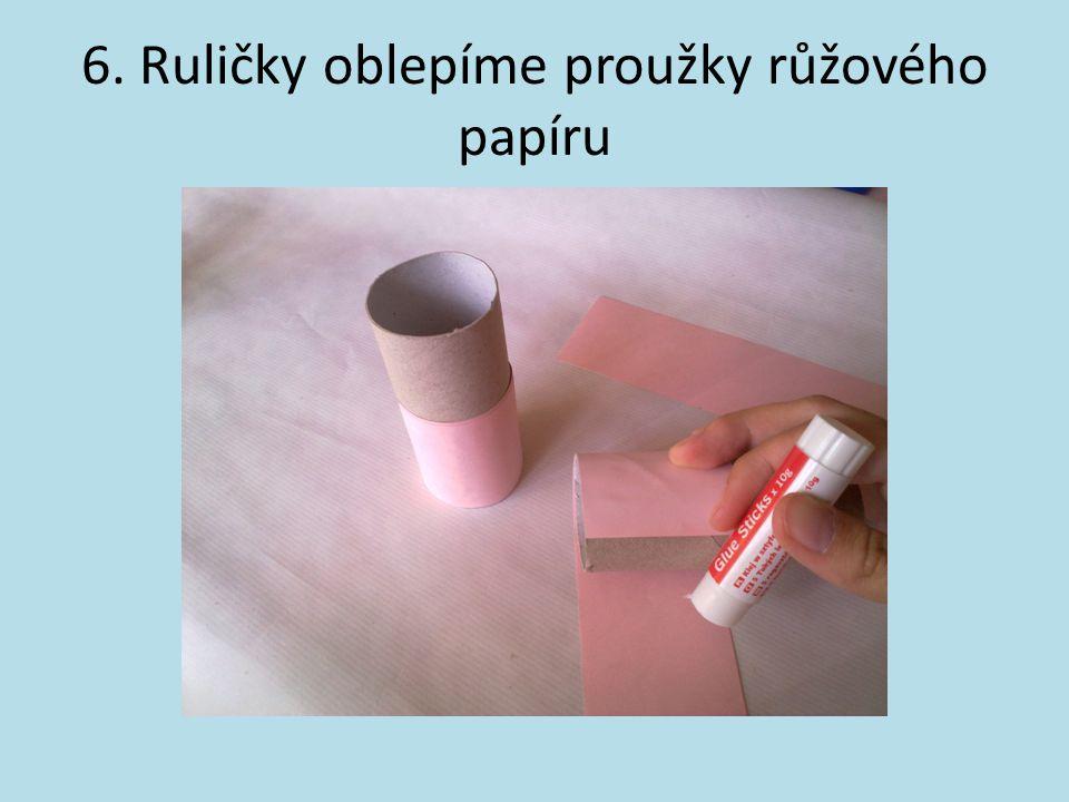 6. Ruličky oblepíme proužky růžového papíru