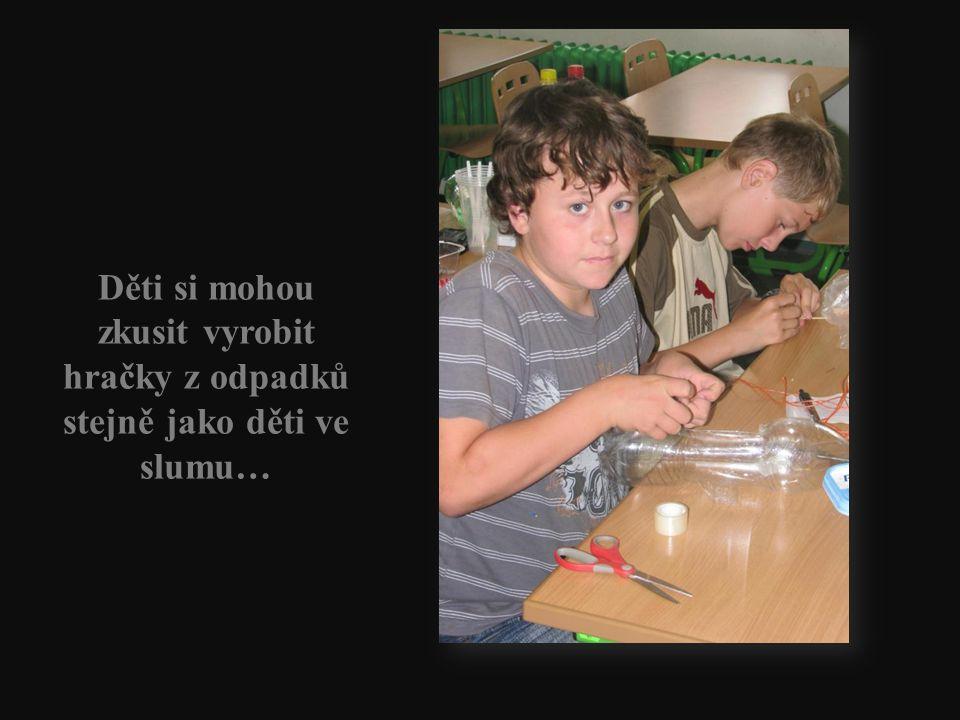 Děti si mohou zkusit vyrobit hračky z odpadků stejně jako děti ve slumu…