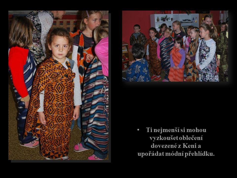 Ti nejmenší si mohou vyzkoušet oblečení dovezené z Keni a upořádat módní přehlídku.