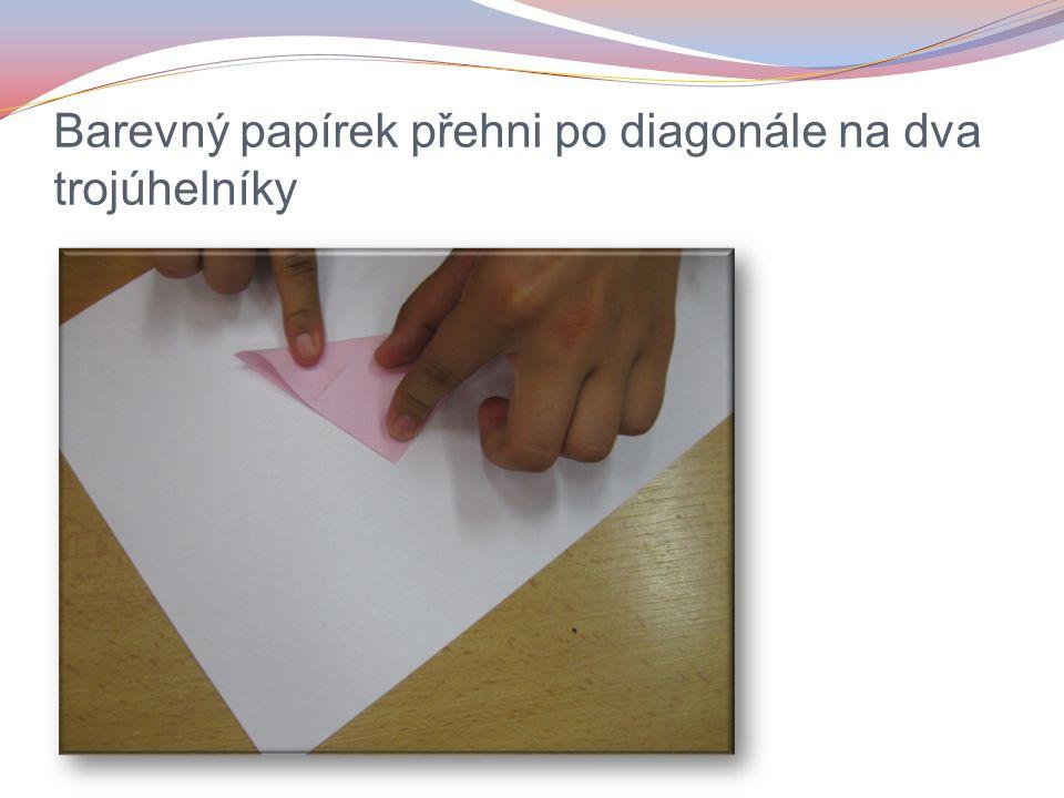 Barevný papírek přehni po diagonále na dva trojúhelníky