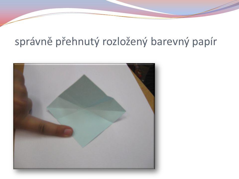 správně přehnutý rozložený barevný papír