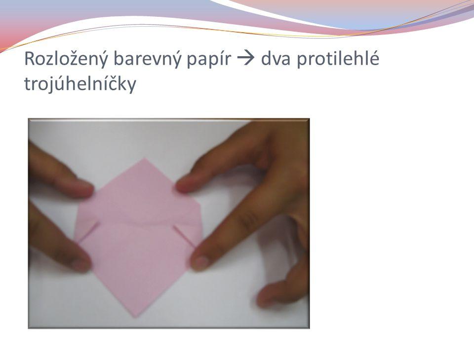 Rozložený barevný papír  dva protilehlé trojúhelníčky