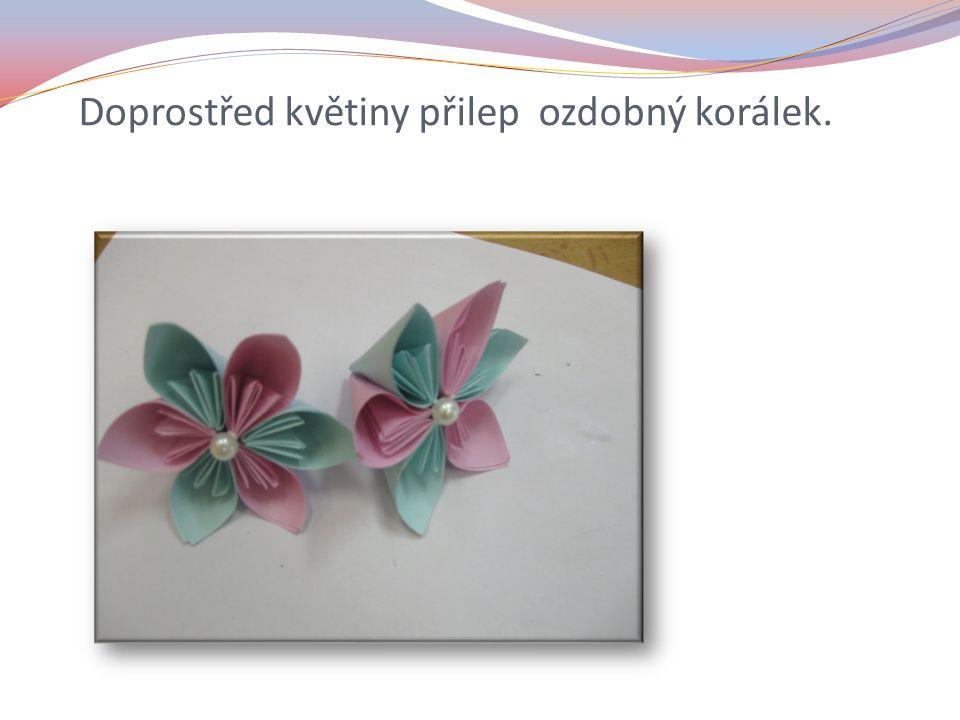Doprostřed květiny přilep ozdobný korálek.