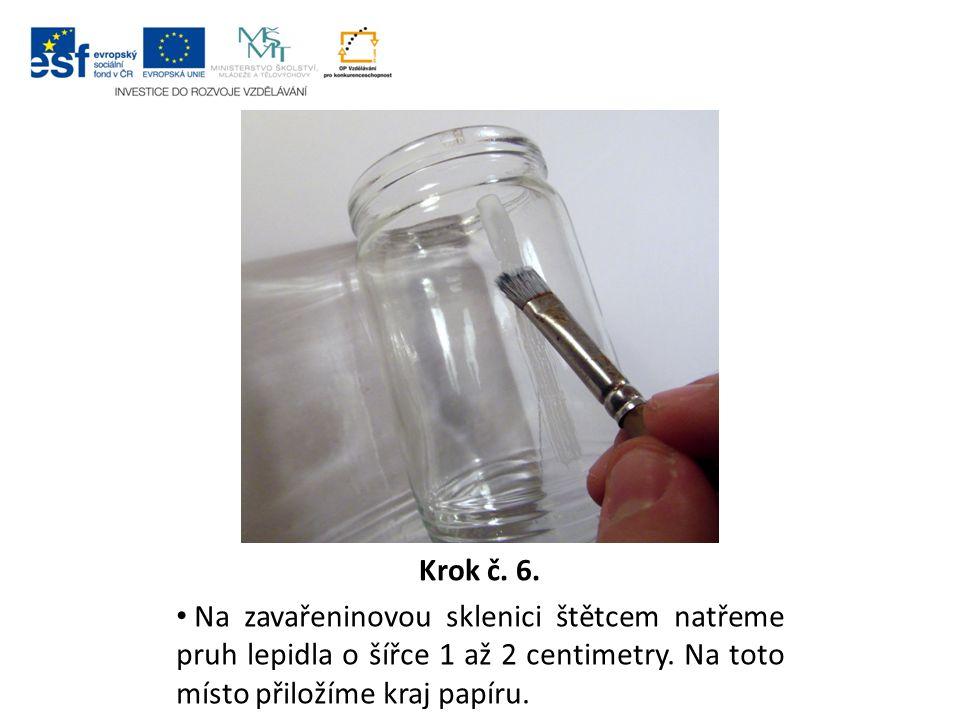 Krok č. 6. Na zavařeninovou sklenici štětcem natřeme pruh lepidla o šířce 1 až 2 centimetry.