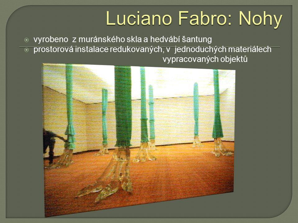  vyrobeno z muránského skla a hedvábí šantung  prostorová instalace redukovaných, v jednoduchých materiálech vypracovaných objektů