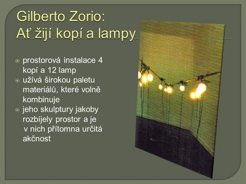  prostorová instalace 4 kopí a 12 lamp  užívá širokou paletu materiálů, které volně kombinuje  jeho skulptury jakoby rozbíjely prostor a je v nich