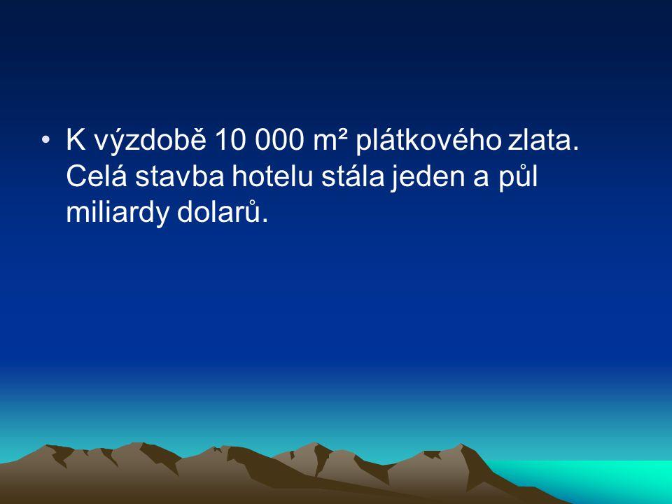 K výzdobě 10 000 m² plátkového zlata. Celá stavba hotelu stála jeden a půl miliardy dolarů.