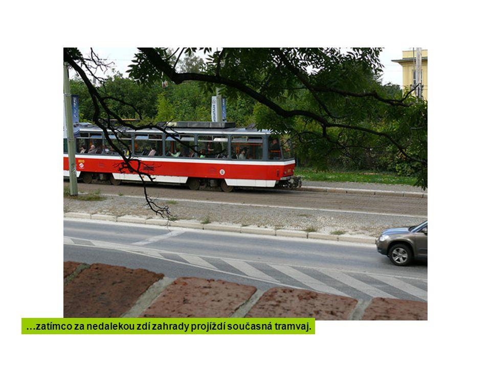 …zatímco za nedalekou zdí zahrady projíždí současná tramvaj.
