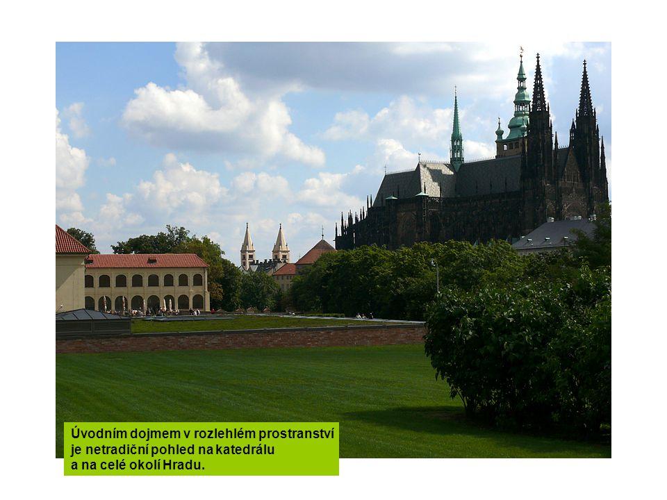 Úvodním dojmem v rozlehlém prostranství je netradiční pohled na katedrálu a na celé okolí Hradu.