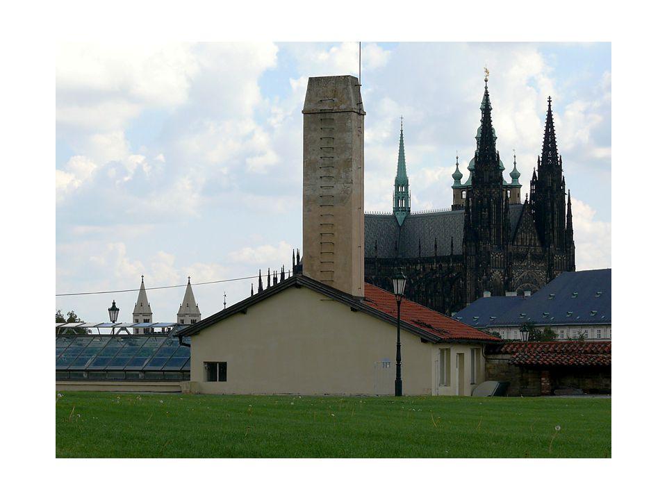 V areálu je ukryto i zahradní jezírko, ve kterém se obloha odráží již od časů Rudolfa II…