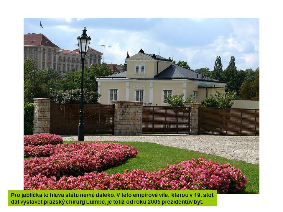 Ve velkých sklenících se v zahradě pěstují rostliny, sloužící pak k výzdobě na hradních akcích.