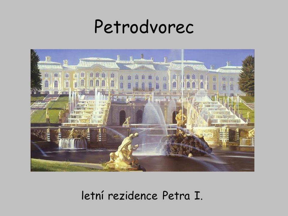 Petrodvorec – hlavní kaskáda kanál z hlavní kaskády vede přímo do Finského zálivu, na břehu kterého stojí palác s rozlehlými zahradami a nesčetným množstvím fontán a vodotrysků