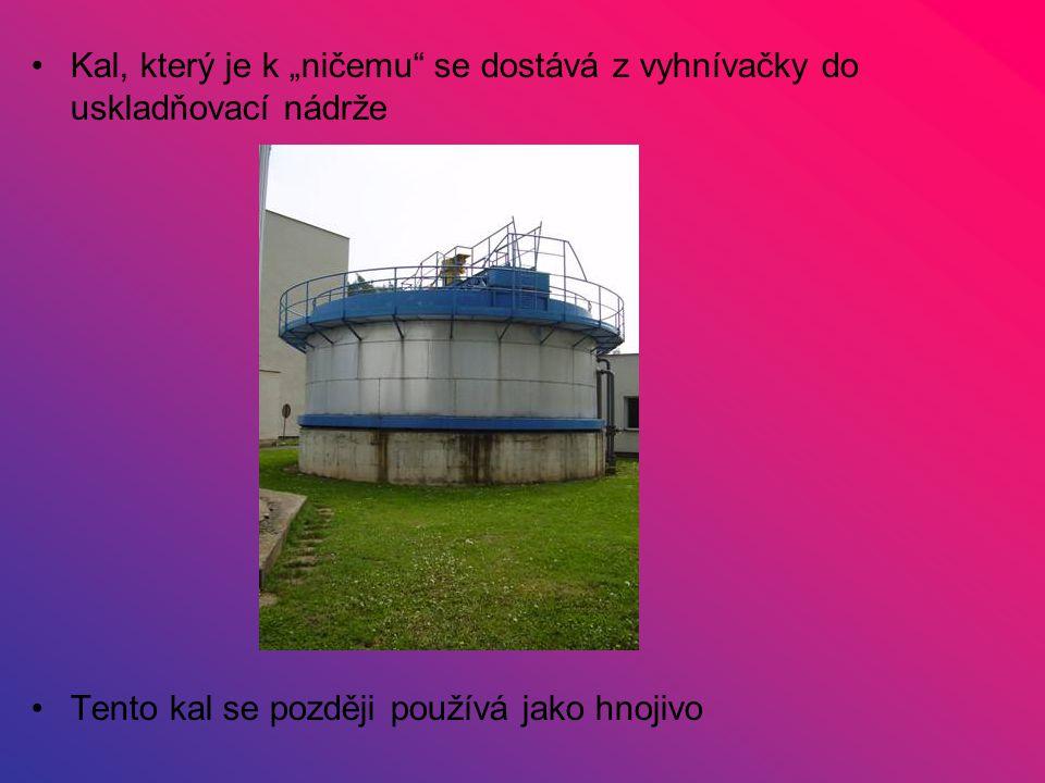 """Kal, který je k """"ničemu"""" se dostává z vyhnívačky do uskladňovací nádrže Tento kal se později používá jako hnojivo"""