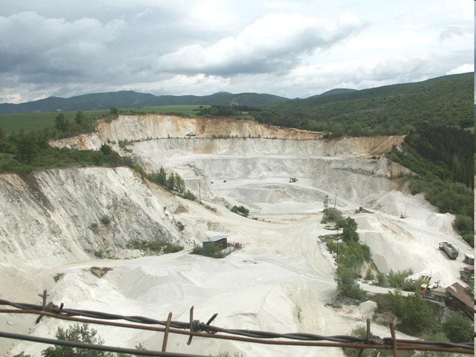 Průmyslová krajina Stavby továren 1)Údolí řek (voda na pohon strojů) 2)U ložisek uhlí, železné rudy -K továrnám – stavby železnice, silnice -V okolí - hromadění odpadů z výroby -malé domy