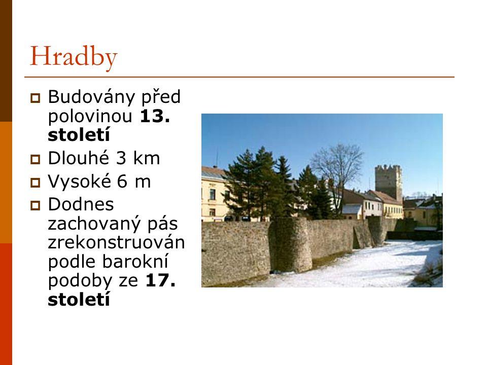 Hradby  Budovány před polovinou 13. století  Dlouhé 3 km  Vysoké 6 m  Dodnes zachovaný pás zrekonstruován podle barokní podoby ze 17. století