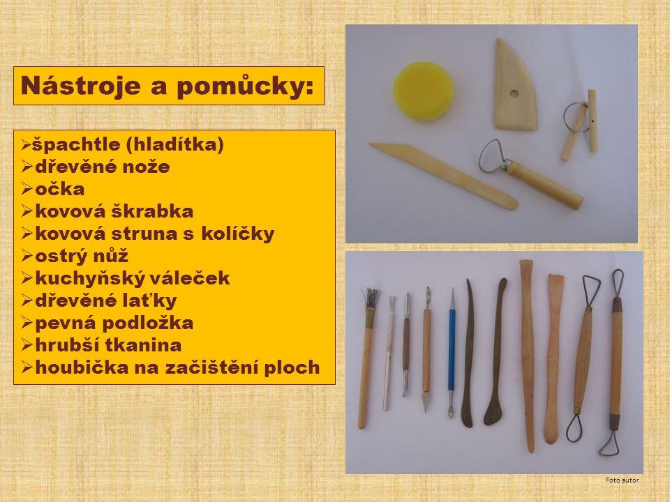 Nástroje a pomůcky:  špachtle (hladítka)  dřevěné nože  očka  kovová škrabka  kovová struna s kolíčky  ostrý nůž  kuchyňský váleček  dřevěné laťky  pevná podložka  hrubší tkanina  houbička na začištění ploch Foto autor