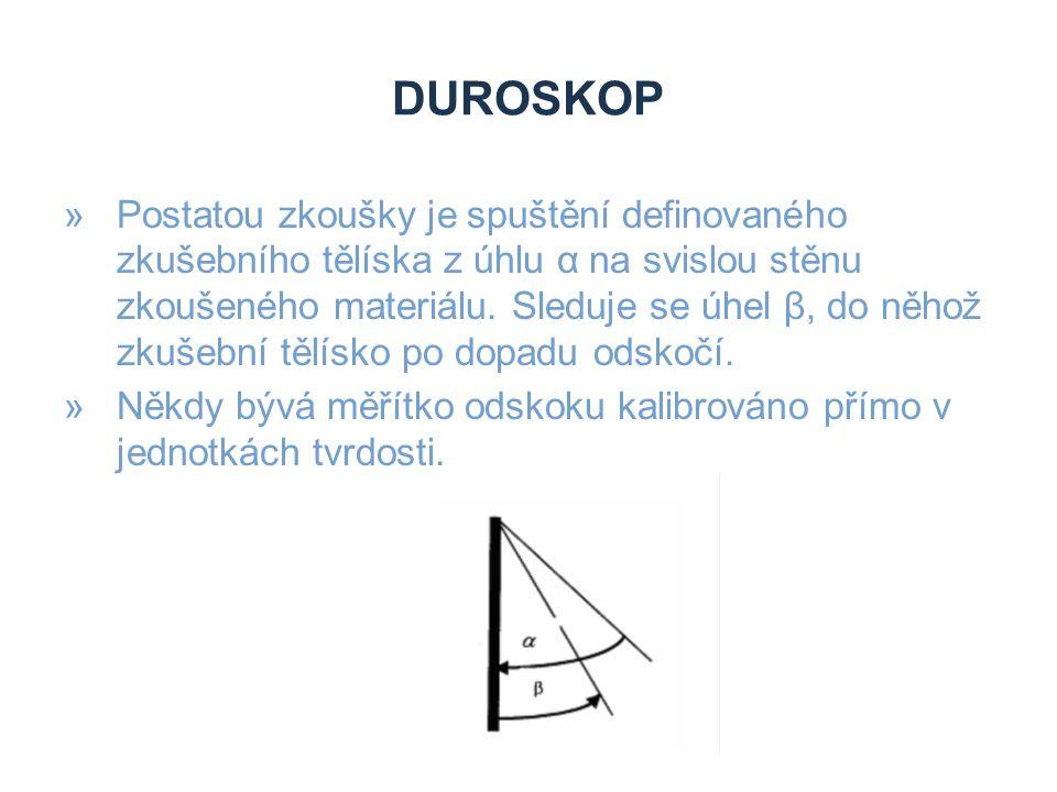 DUROSKOP »Postatou zkoušky je spuštění definovaného zkušebního tělíska z úhlu α na svislou stěnu zkoušeného materiálu. Sleduje se úhel β, do něhož zku